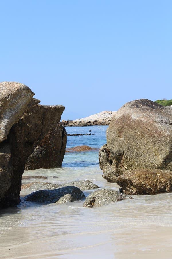 晒日光浴海滩组人松弛的场面 库存图片