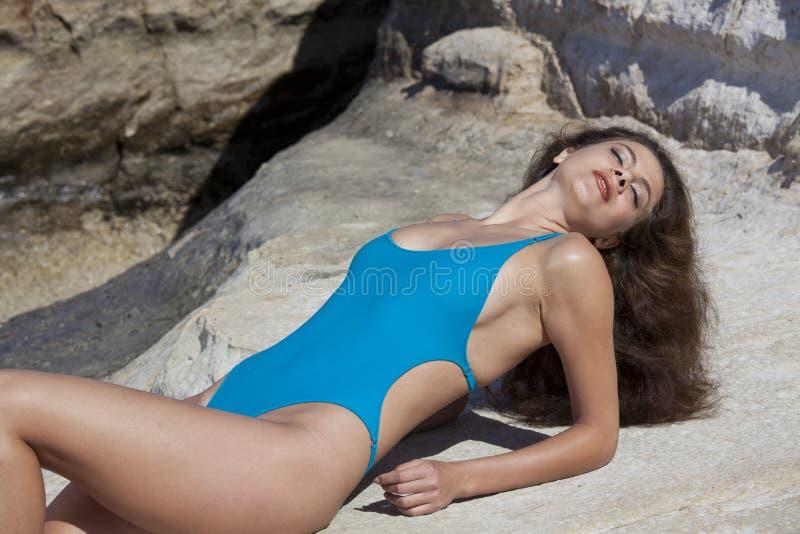 晒日光浴的海滩妇女 免版税图库摄影