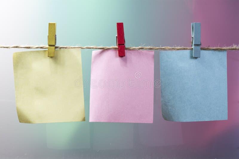 晒衣夹和笔记薄 免版税库存照片