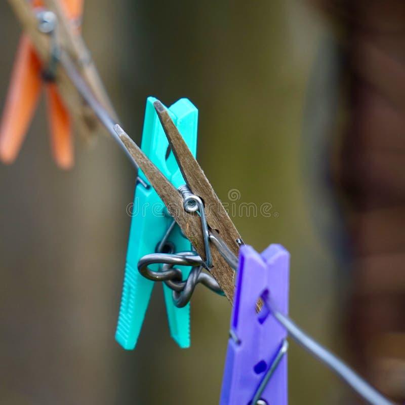 晒衣夹在绳索放弃了 向量例证