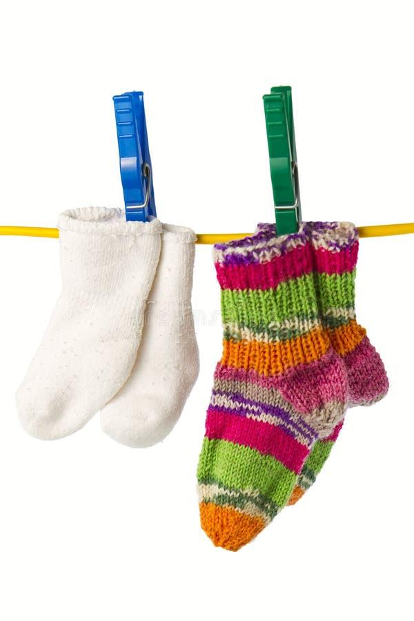 Download 晒衣绳四袜子 库存图片. 图片 包括有 晒衣绳, 红色, 布料, 没人, 镶边, 说明性, 晒衣夹, 帏帐 - 22356909