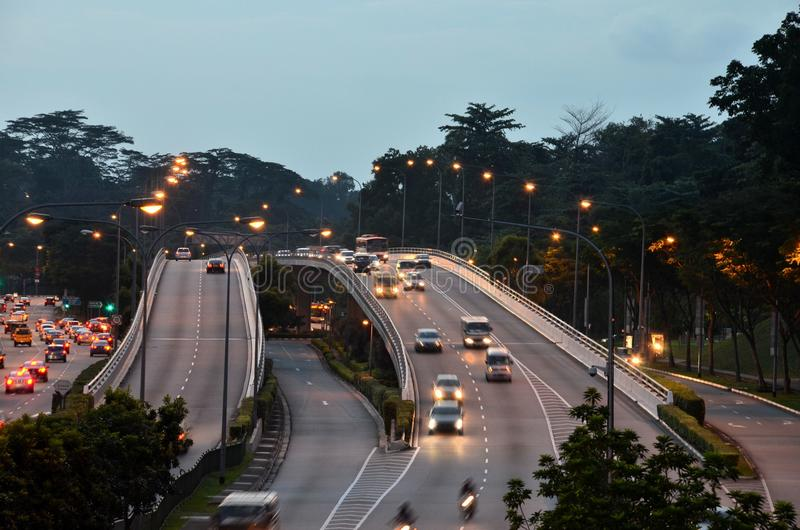 晚上与车灯的汽车通行在跨线桥 图库摄影