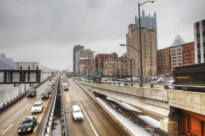晚上交通在匹兹堡,宾夕法尼亚 免版税库存照片