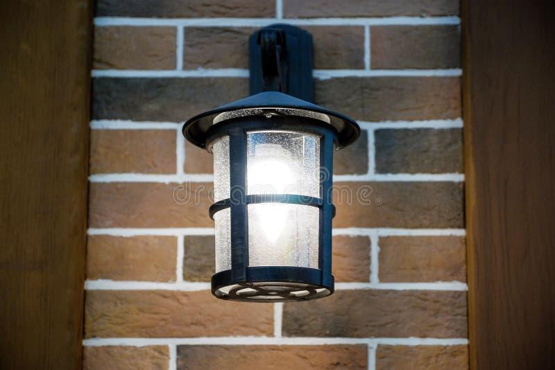 晚上光发光 垂悬在墙壁上 法国 库存图片