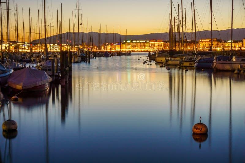 晚上光在日内瓦港口 免版税库存照片