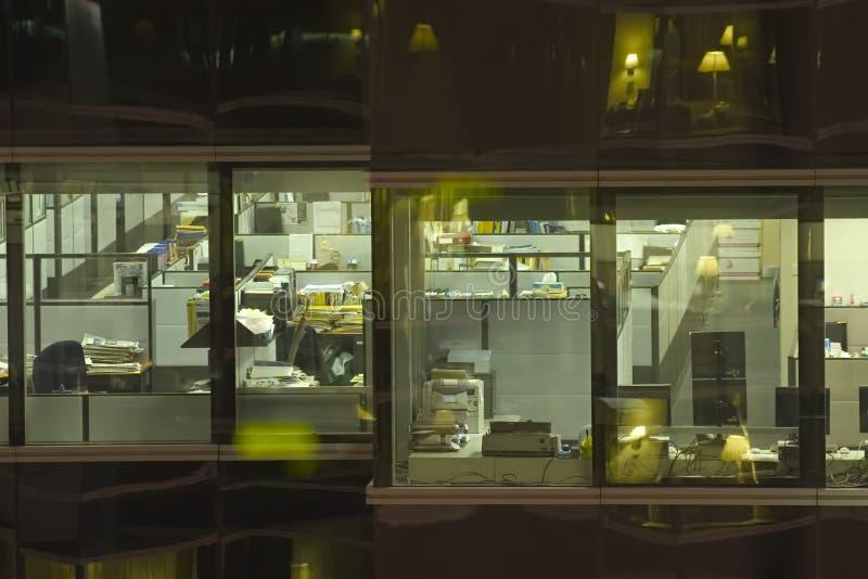 晚上办公室 免版税图库摄影