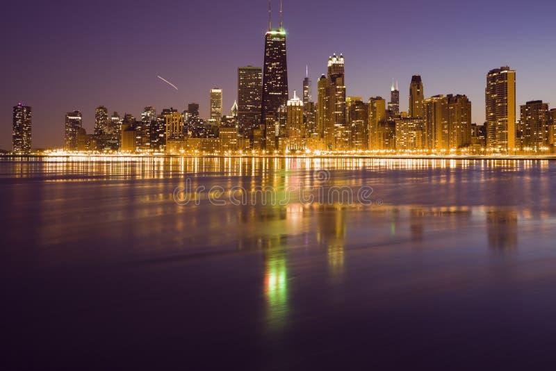 晚上在芝加哥-从北部看的全景 免版税库存照片