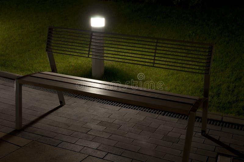 晚上在街上特写长凳 库存照片