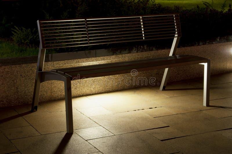 晚上在街上特写长凳 免版税图库摄影