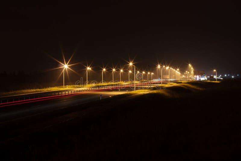 晚上在街道路的红绿灯在欧洲城市 免版税库存图片