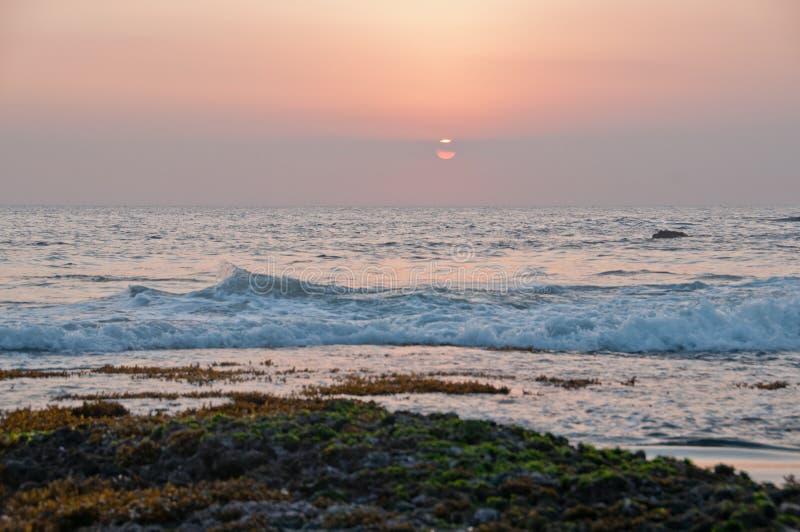 晚上在Tanah全部海滩的日落场面在巴厘岛 免版税库存图片