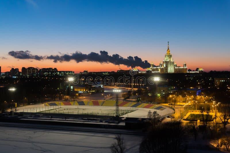 晚上城市风景 莫斯科大学和体育场 库存图片