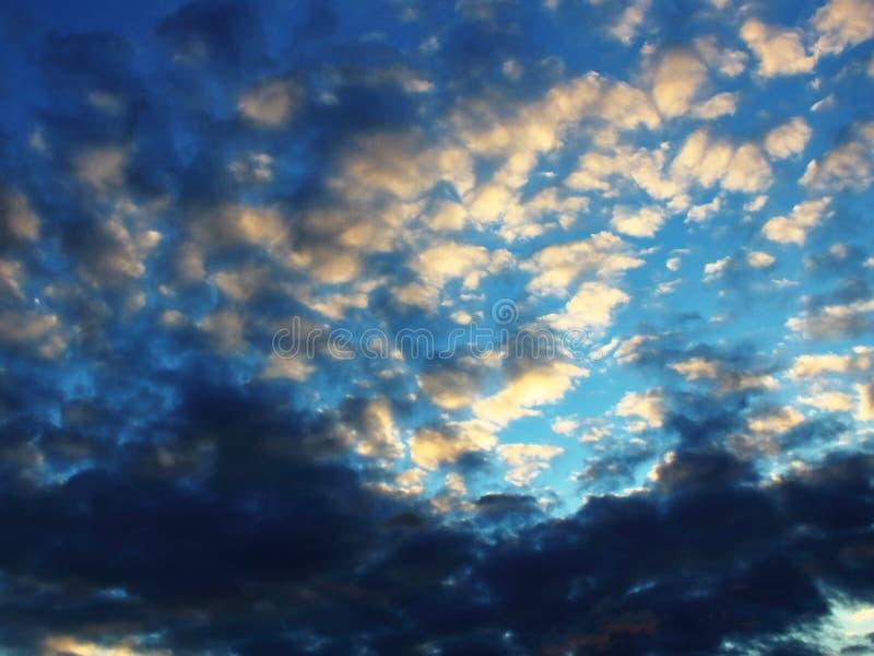 晚上天空呈了杂色云彩高 库存图片