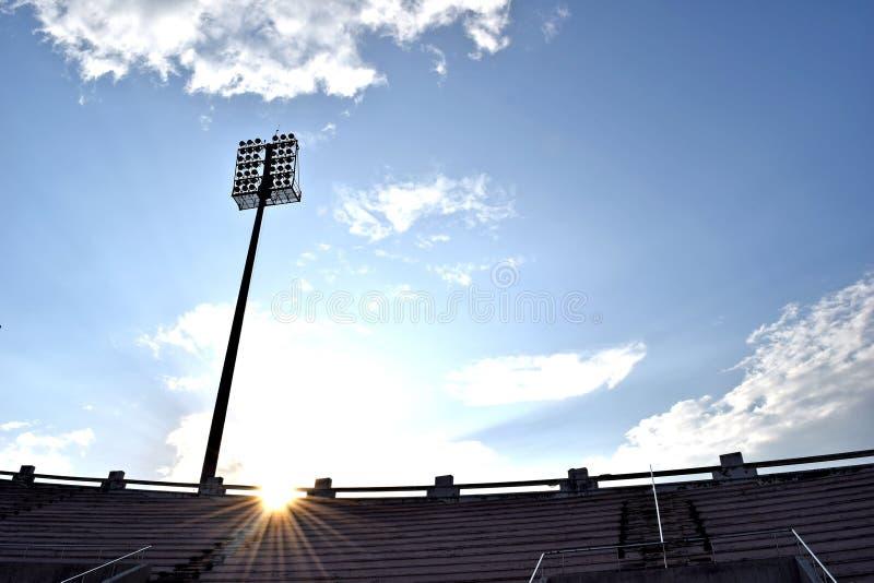 晚上天空和阳光由后照的体育场体育 免版税图库摄影