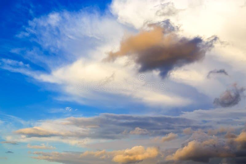 晚上天空,五颜六色的深蓝和惊人的剧烈的日落天空在微明与动乱的预兆,庄严意想不到的天空 免版税库存图片