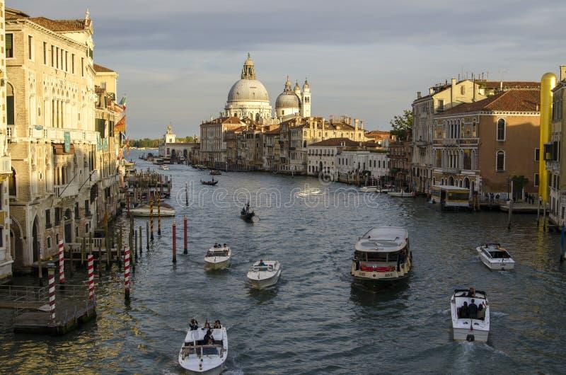 晚上威尼斯,光、长平底船和运河 库存图片