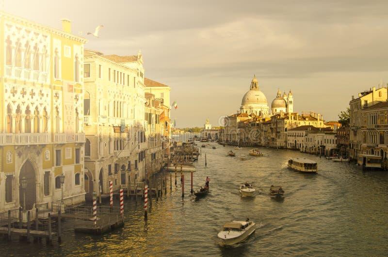 晚上威尼斯,光、长平底船和运河 图库摄影