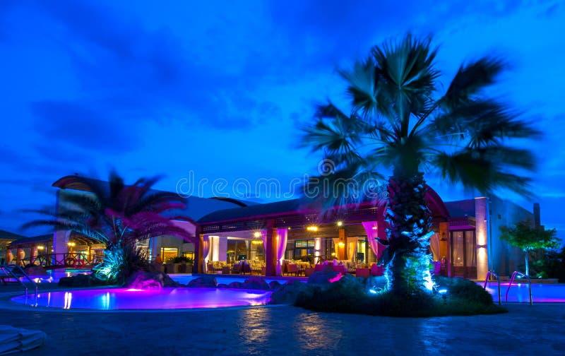 晚上富有的旅馆的池端 免版税库存图片