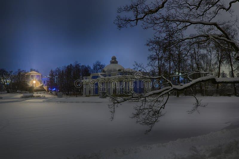 晚上或夜喀麦隆画廊看法和洞穴在凯瑟琳停放 Tsarskoye Selo普希金, StPetersburg,俄罗斯 免版税库存图片