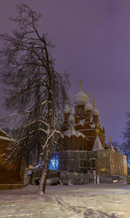 晚上或夜教会看法在Tsarskoye Selo普希金, StPetersburg,俄罗斯 免版税图库摄影
