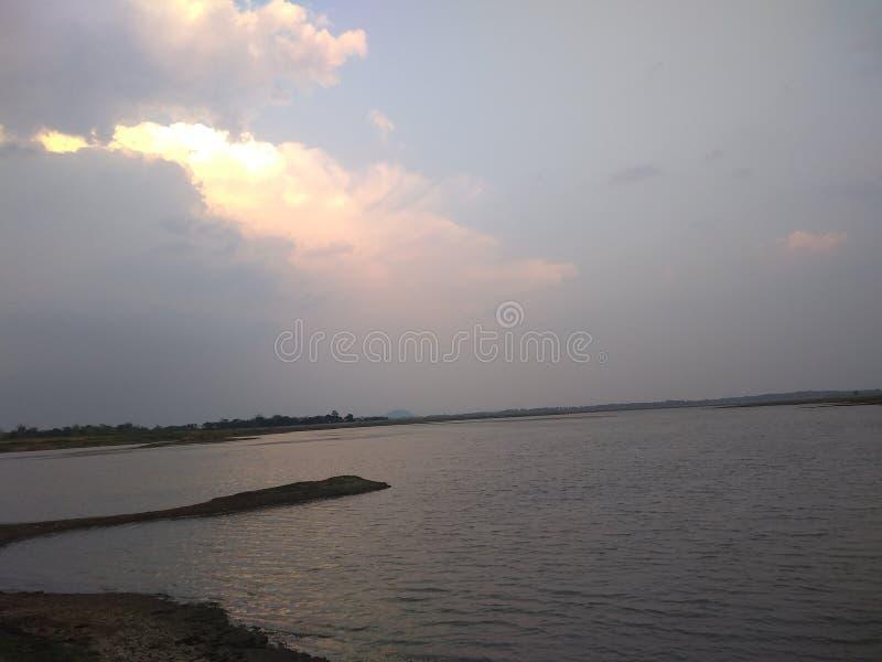 晚上日落河边 库存图片