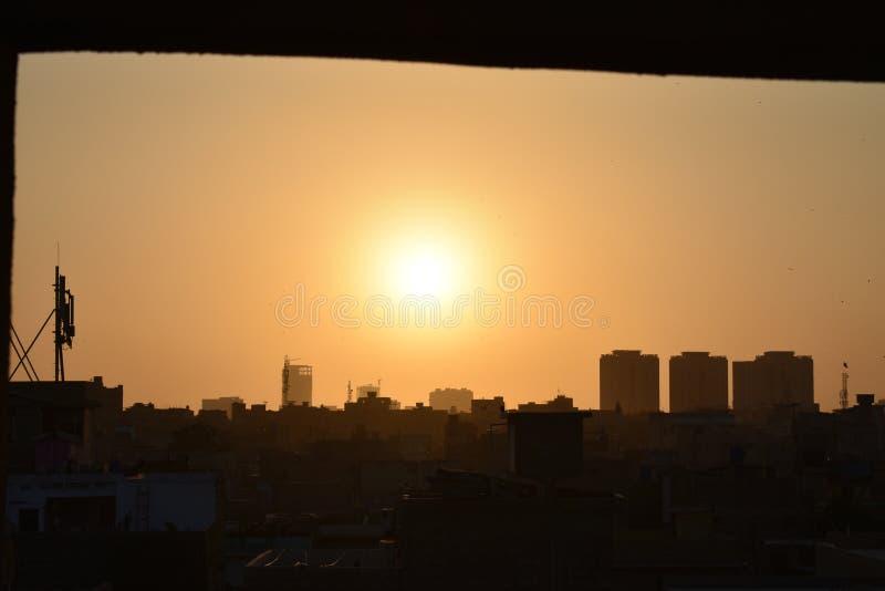 晚上时间在日落时间的黑暗的发光的太阳 免版税库存照片