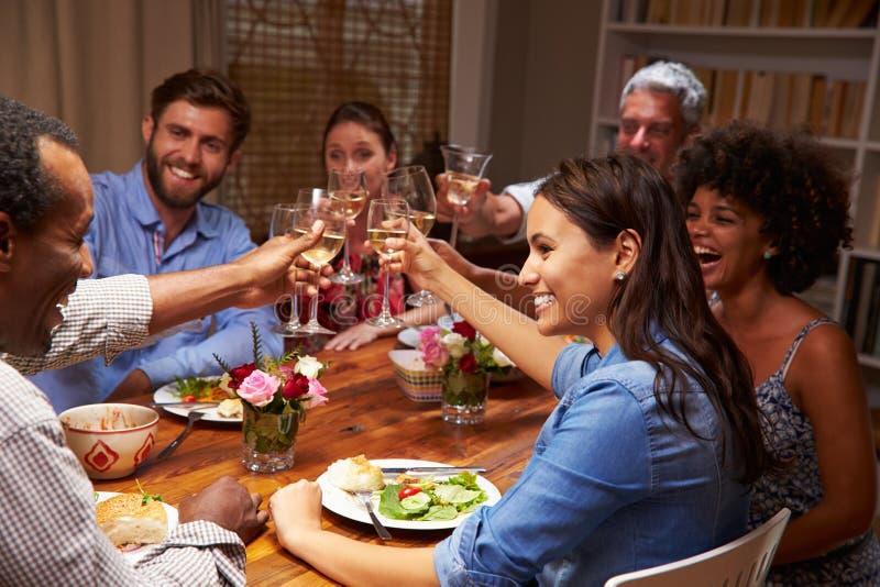 晚上晚餐会的朋友 免版税库存照片