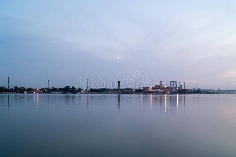 晚上池塘的风景 免版税图库摄影