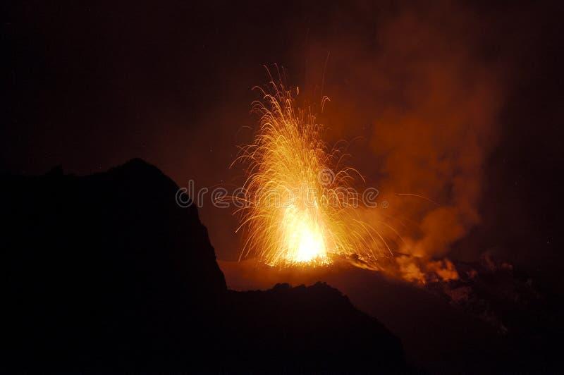 晚上爆发,火山Stromboli 图库摄影