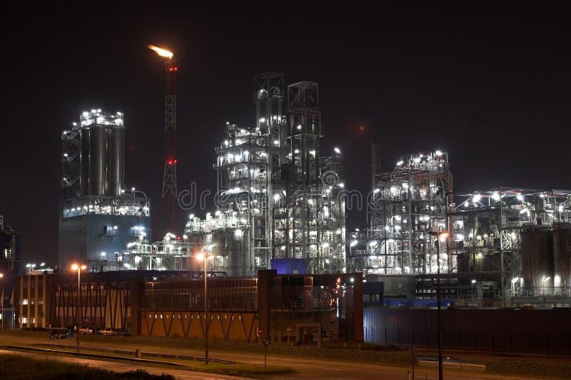 晚上石油化工厂 库存照片