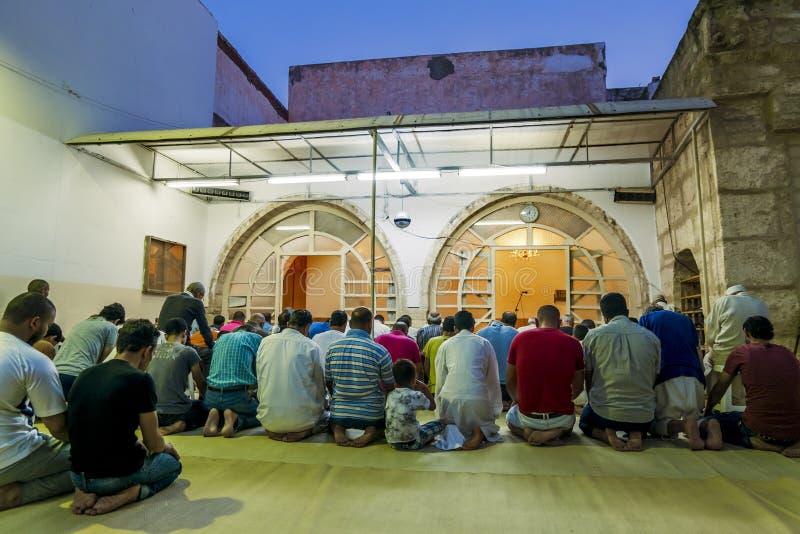 晚上祷告在老市的清真寺苏斯麦地那 免版税库存图片