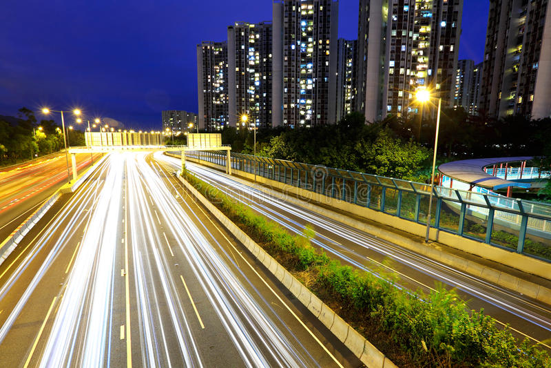 晚上繁忙的业务量的城市 免版税库存图片