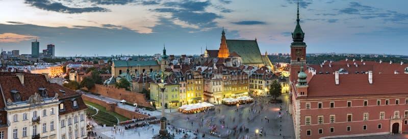 晚上老全景城镇华沙 免版税图库摄影