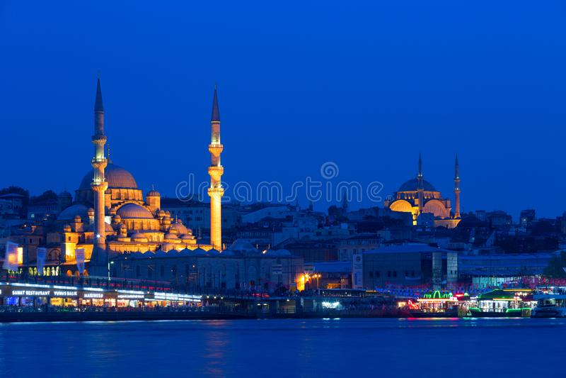 晚上视图其中一个伊斯坦布尔清真寺  库存照片