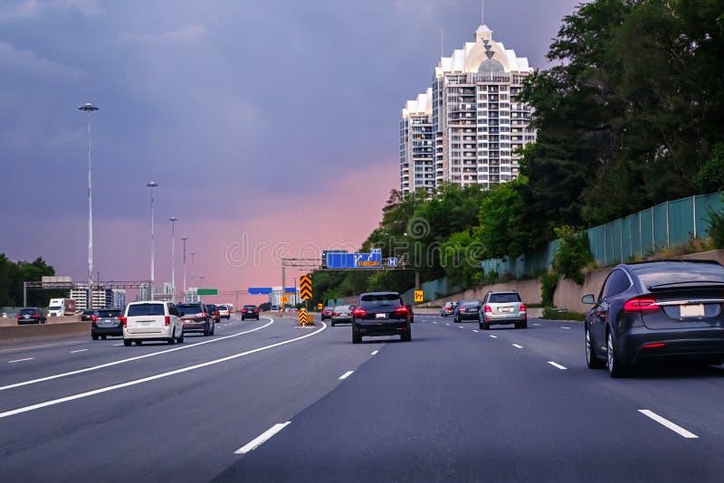 晚上雨雪业务量 在高速公路的汽车 免版税库存照片