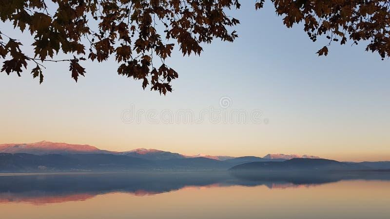 晚上颜色在湖Pamvotis约阿尼纳希腊t 库存图片
