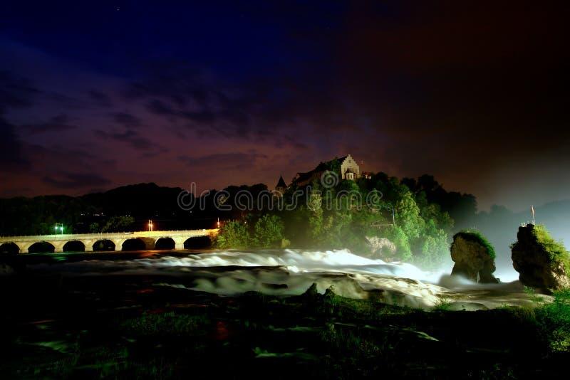 晚上风雨如磐的瀑布 免版税库存照片