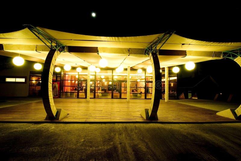 晚上餐馆大阳台 免版税库存照片