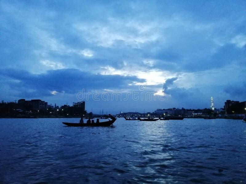 晚上,在达卡布里甘加河 库存图片