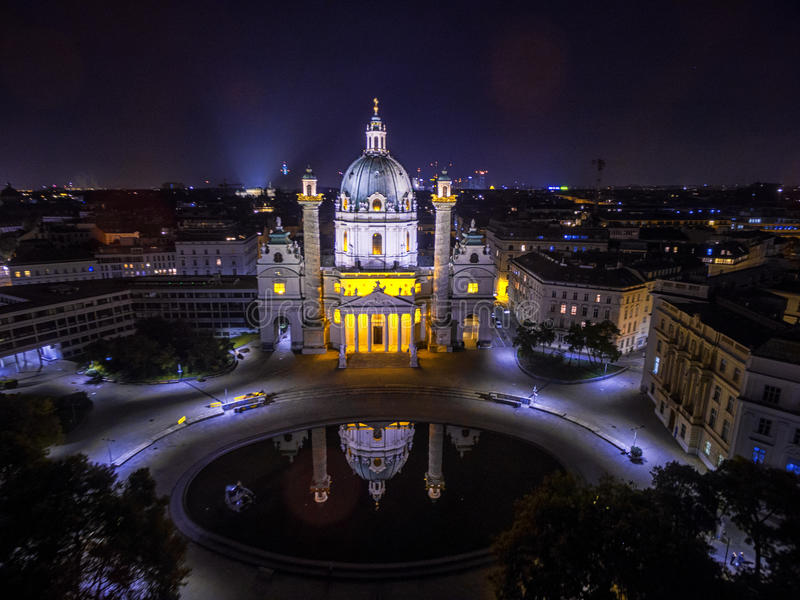 晚上维也纳 圣查尔斯` s教会 奥地利 Karlskirche Karlsplatz 库存图片