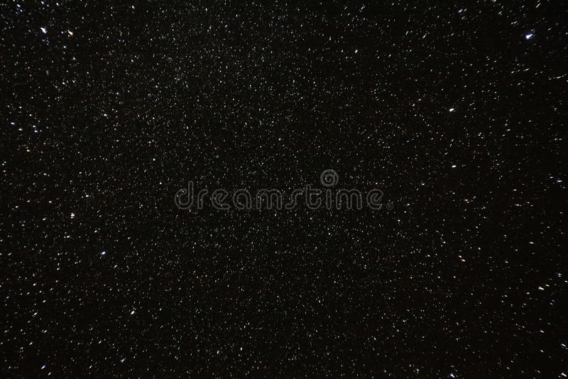 晚上满天星斗的天空背景 自然发光的星夜视图  库存照片