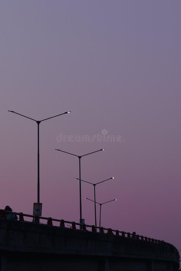 晚上/跨线桥的黎明视图与路灯塔的在查谟-克什米尔邦印度 库存照片