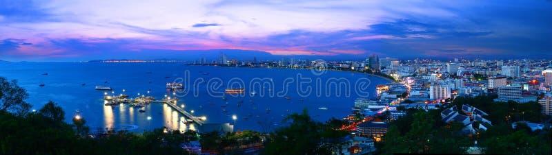 晚上Pattaya市视图全景  库存照片