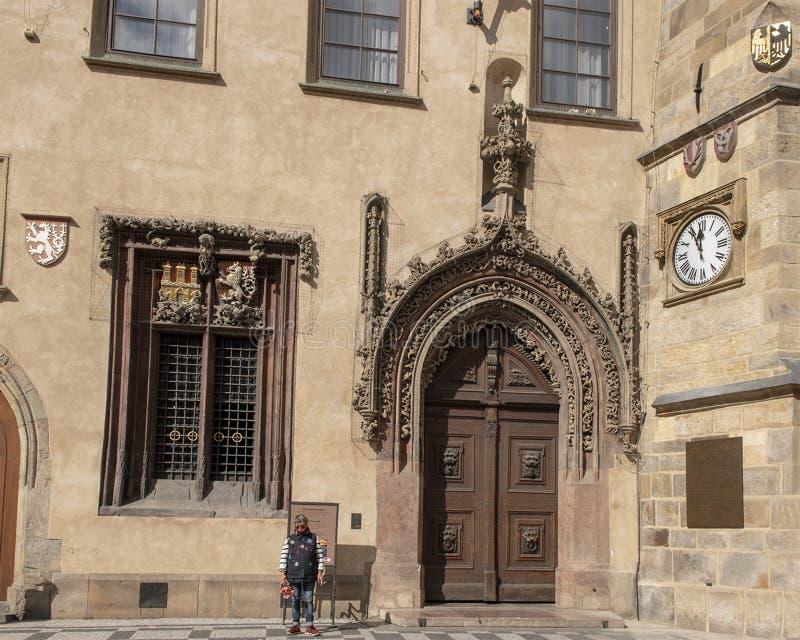 晚哥特式门,正门向奥尔德敦霍尔,布拉格捷克共和国 免版税库存图片
