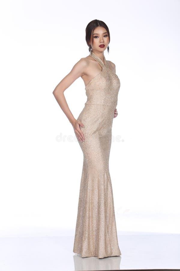 晚礼服在亚裔美丽的妇女的舞会礼服有时尚的ma 图库摄影