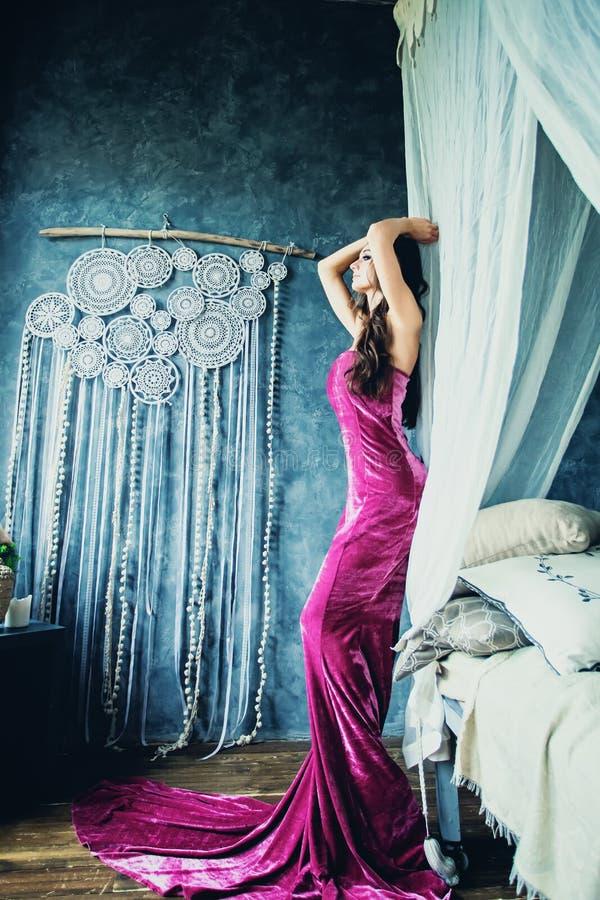 晚礼服的年轻华美的妇女 免版税库存图片
