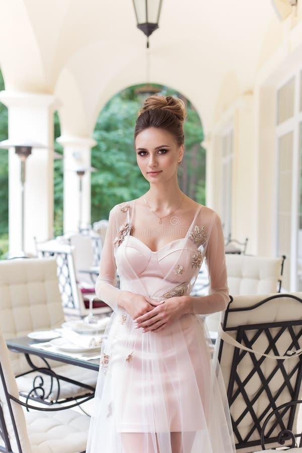 晚礼服的美丽的典雅的女孩与美好的晚上欢乐发型 免版税库存照片