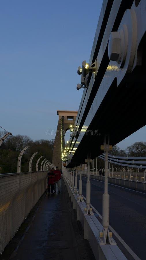 晚间英国布里斯托尔布吕内尔悬索桥垂直拍摄 免版税库存图片