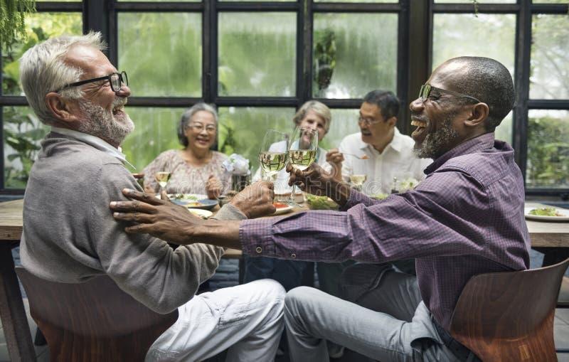 晚餐会的成熟朋友 免版税库存图片