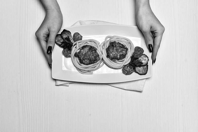 晚餐在餐馆 递食物板材  吃的叉子 库存图片
